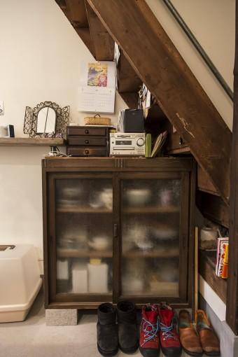 知人が捨てると言っていたものをもらった食器棚は、ふたりのお気に入り。「奇跡的に階段下にぴったりと収まりました」。