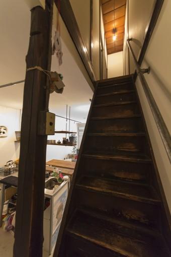 2階へ続く急な階段は、築60年を感じさせる風合いをそのまま残している。