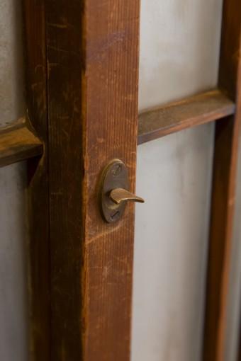 古い建具の鍵の部分。ねじを回して閉めるようになっている。