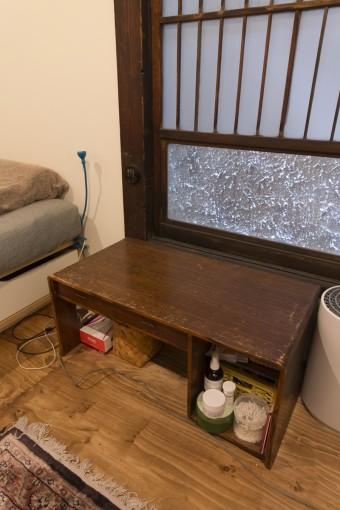 窓際の文机は、この家に引っ越して来てから、知人から譲り受けたもの。