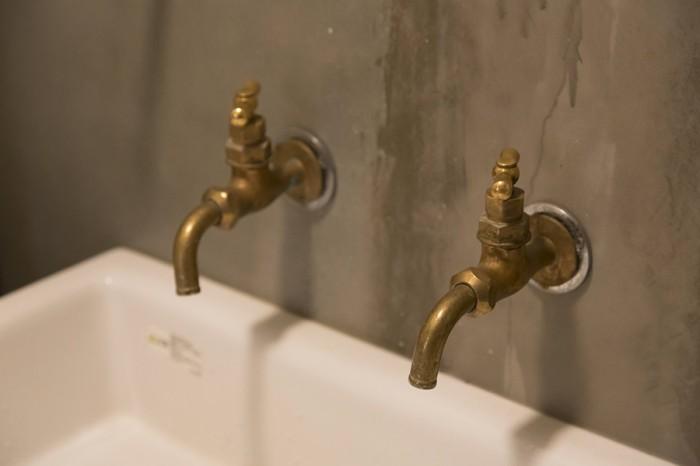 琺瑯の大きなシンクや真鍮の水栓など、細部にまでこだわったリノベーション。