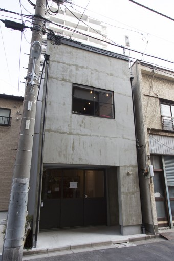 外観。通りから一歩奥まって入口がある。2階のはめ殺しの窓が外観のアクセントになっている。