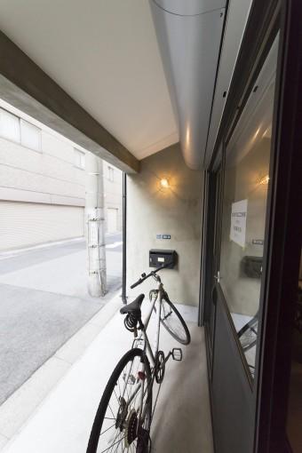 通りに面したスペースは、屋根があるので自転車を置いたり何かと便利だとか。