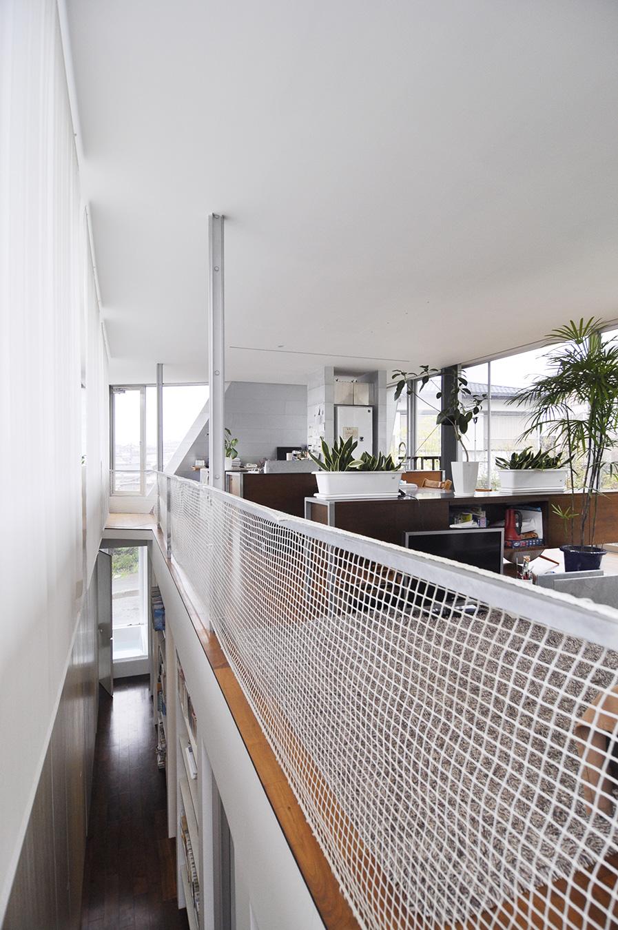 2階から吹き抜けを見下ろす。1階奥は浴室。