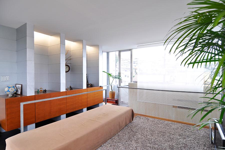 通常は木造だけでこれだけの広いスペースをつくることはできないが、左の4枚の壁柱に門型に組んだ鉄骨などを加えることによって◎m<sup>2</sup>の一室空間を実現している。