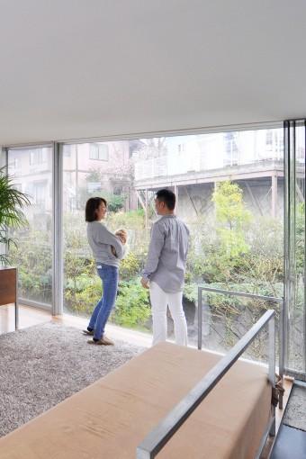 2階室内から庭を見る。緑が深くなれば、ブラインドなしでも外からの視線は気にならない。