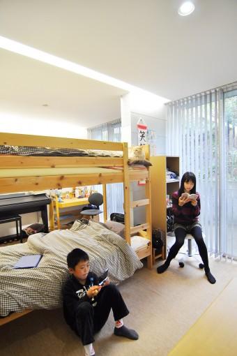 1階の子ども部屋。猫のジャンがベッドから2人の様子をうかがう。1階は各スペースに1カ所ずつ間接照明が仕込まれている。