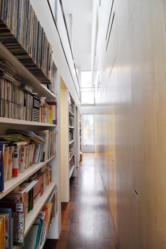 浴室のある側からもう一方の端を見る。吹き抜けに設けられた棚には、レコード、CD、本がぎっしりと入る。