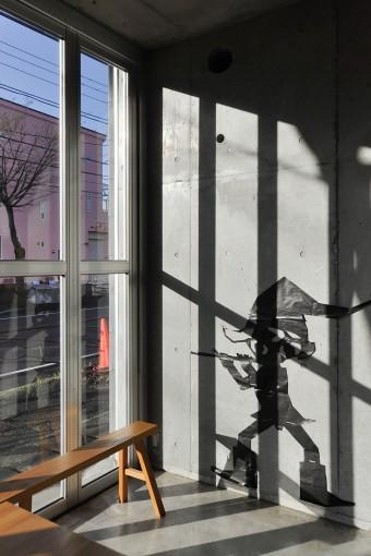 打ち合わせスペースの壁には小人の影が貼られている。今改修を手がけている美術館で使う屋外造作の原寸検討用だそうだ。