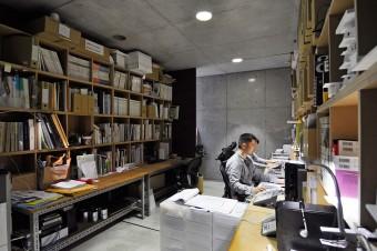 打ち合わせスペース奥の事務所スペース。