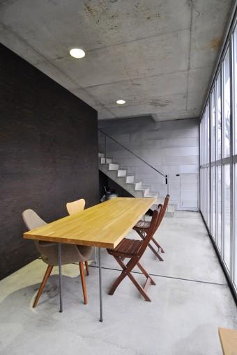 以前はガレージとして使用していた部分を改造して、この打ち合わせスペースと奥の事務所スペースをつくった。