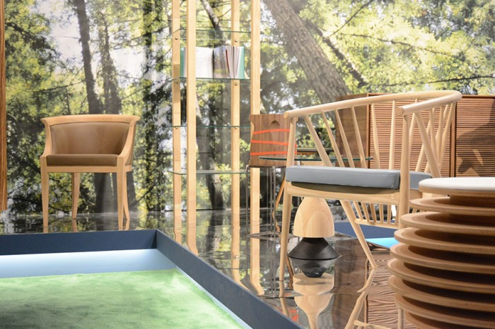 森の写真をブース全体に張り巡らせ、木立と木製家具の一体感が目を引く展示。
