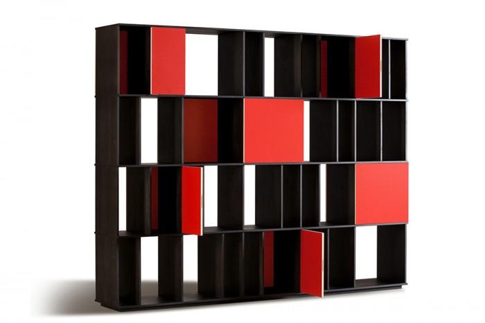 """ライブラリー「CODEX」Piero Lissoniデザイン。トネリコ材を黒く染め、扉は赤にして""""コード""""模様を描いた。"""
