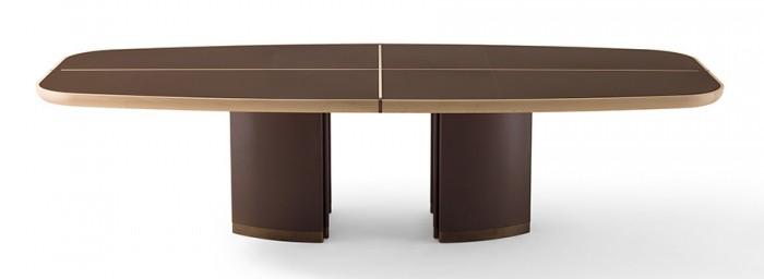 テーブル「Gordon」Roberto Lazzeroniデザイン。余分をそぎ落とし、薄い天板とボリュームのある脚を絶妙のバランスで組み合わせた。木の本体に革と金属のディテールを施している。