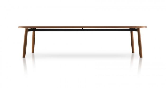 ローテーブル「Galileo」Piero Lissoniデザイン。トップは無垢のトネリコ材に熱加工をほどこしたオーバル。
