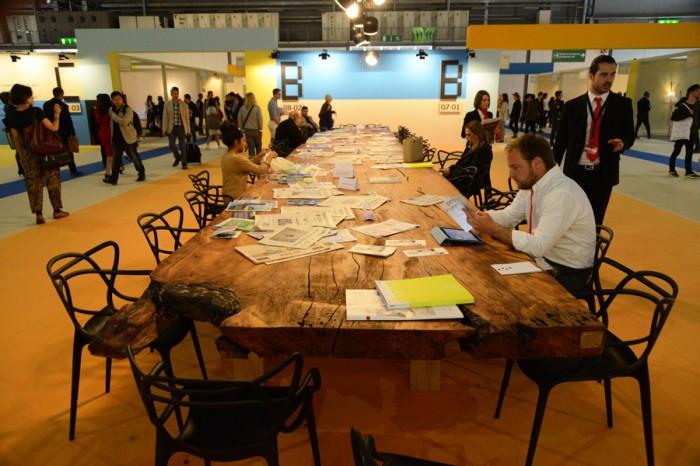 サテリテ会場中央に展示された長さ12m一枚板のテーブルは、5万年前に泥のなかに沈んだ木、Kauriから切り出された。