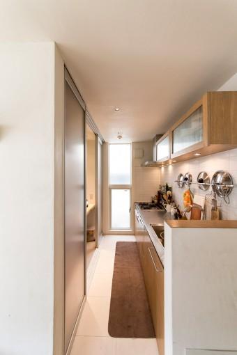キッチンの戸棚などは、床と同じオークの無垢材で統一。
