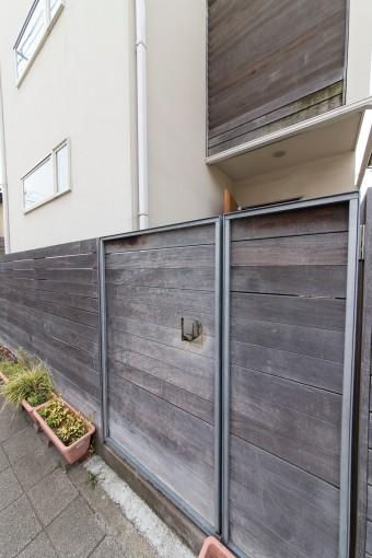 塀も天然素材にこだわり木を使用した。