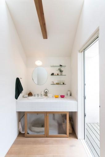 2階の洗面コーナー。シンク下を猫のトイレに。両側から猫が入れるようにすき間を開けている。