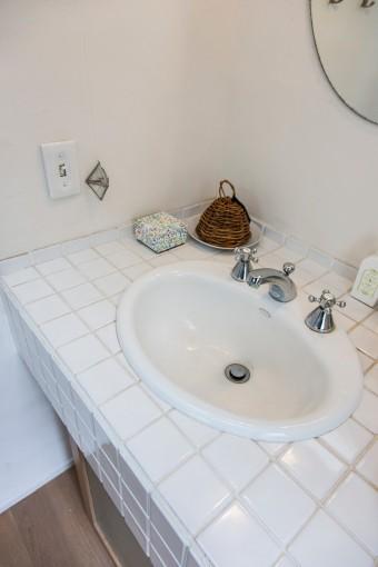 タイル貼りで古びた感じを出した洗面台。スイッチにもこだわった。
