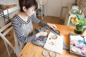 柿岡恵さん。作品はネットやイベントなどで販売。http://33trente-trois.com/