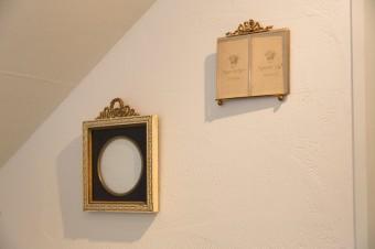 古いフォトフレームが壁面を飾る。