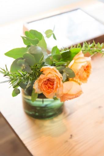 玄関を初めリビング、アトリエなどに常に生花を絶やさない。
