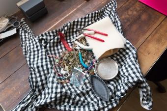 アクセサリー制作キット。布を巾着状にして持ち運び。
