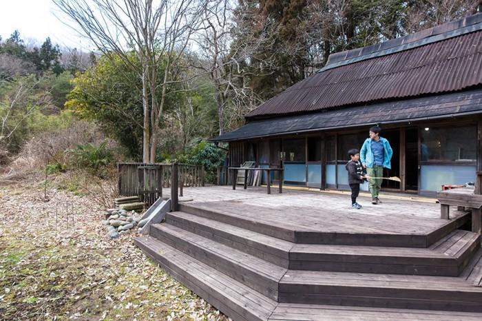子どもたちが元気よく遊ぶ広いデッキは、師匠の矢津田さんがここに住んでいた時に作ったものだそうだ。