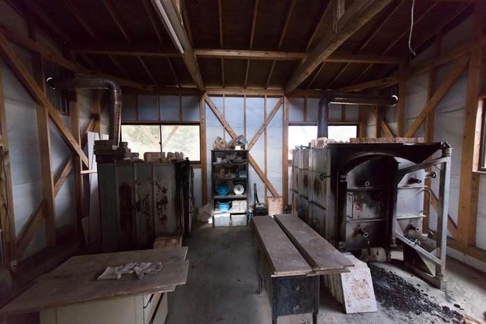 窯小屋には、2台の陶器窯が並ぶ。窯の上に並んでいるのは、釜の中の温度を確認するためのセーゲルコーン。