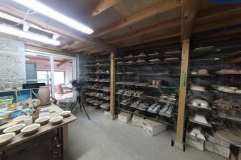 広々とした鬼崎さんの仕事場。他に湿度を調整するための室や、釉薬を保管してある場所もある。