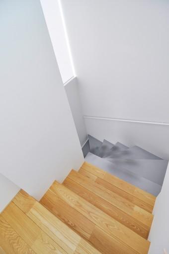 白い壁の中の階段の素材の対比が目を楽しませてくれる。