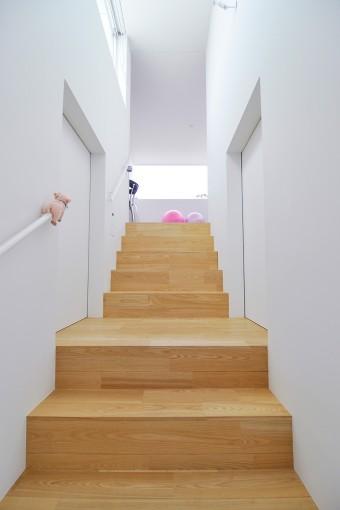 息子さんの部屋の戸を開けると、正面に見える横長の開口を通して視線が空へとすっと気持ちよく抜けていく。