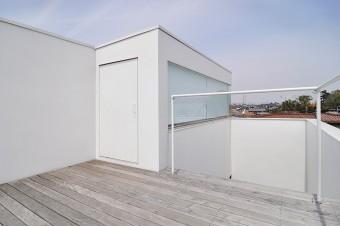 屋上に出ると、周囲は2階の家が多いため視界を遮るものがほとんどない。
