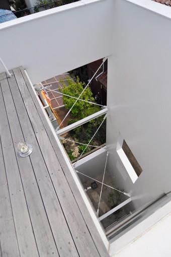1階浴室も壁に囲われた外部空間に面している。