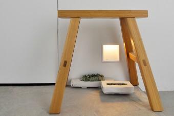 玄関の小さな椅子の下には奥さん製作の焼き物がグリーンとともに置かれ、さりげなくもセンスの良さを感じさせる。
