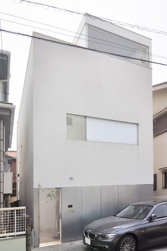 上部の白い壁と下部の常温亜鉛メッキ仕上げの部分との対比が印象的な外観。