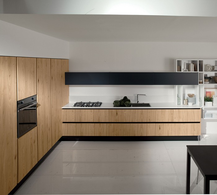 「Volare」シリーズ。明るいマツ材をパネルに使うことによって、リビングからキッチンが自然に続くような効果をもたらしている。