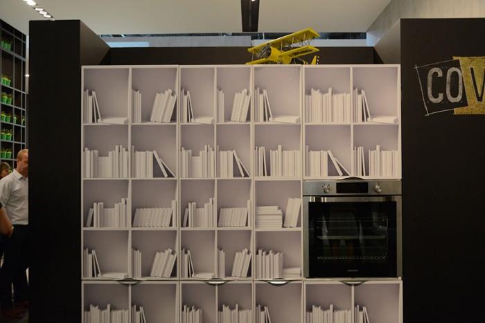 パネルの色やモチーフを、まるで部屋を模様替するような気分で替えられるラッピングシールシステム「カバー」。本棚モチーフのシールを貼った例。
