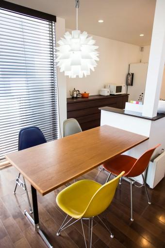 イームズのサイドシェルチェアに、グリニッチのテーブル、ノーマン・コペンハーゲンの照明。北欧ものも調和している。