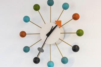 原色のカラフルな色遣いが楽しい、ジョージ・ネルソンのボールクロック。