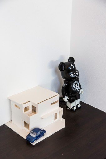 家の模型は、設計時のプレゼンテーションに使われたもの。車は白い家に似合う青を乗り継いでいる。