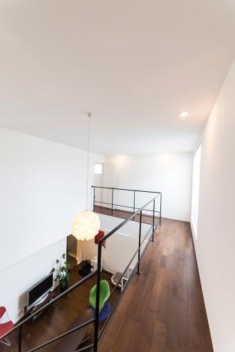 リビングを回廊のように取り囲む2階の廊下。右側の開口部から光が差し込む。