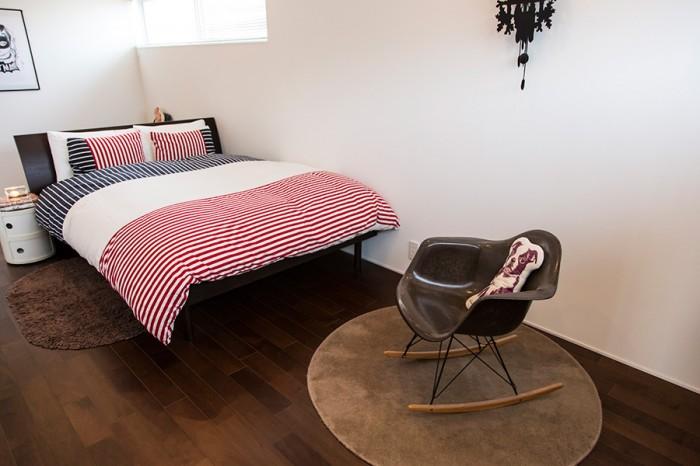 手前が、座ることのないロッキングチェアタイプのアームシェルチェア。ベッドルームはシンプルに徹している。