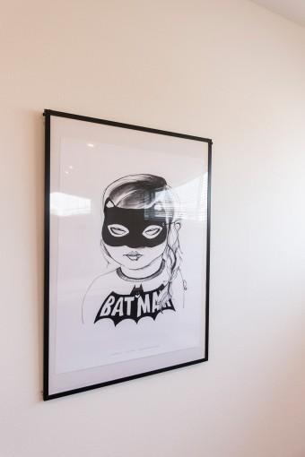 ベッドルームにはモノトーンのポスターを。キッズ服ミニ・アンド・マキシマスのもの。