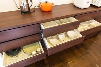 造りつけの食器棚。気に入ったものだけを、必要な数だけ揃えるのが信条。