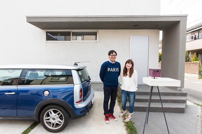 星野さん夫妻。車は白い壁に映えるブルーのミニを、圭介さんが選んだ。