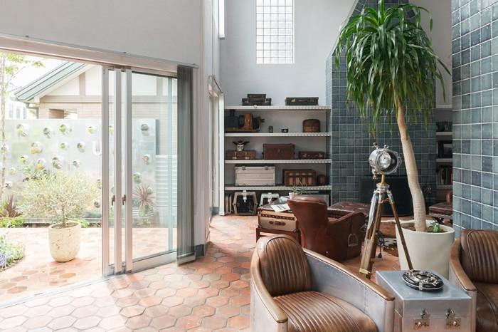 らせん階段側からリビングと庭を見る。周囲の視線を遮る壁の効果で、庭も室内の一部のように感じられる。
