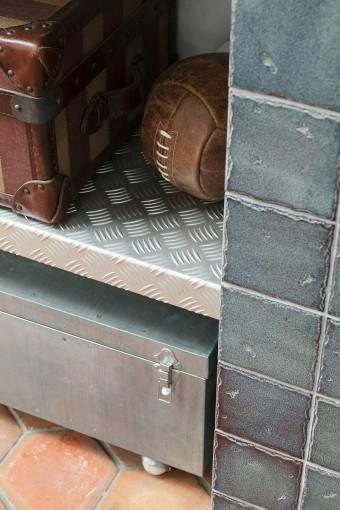 足場板を利用した棚板。強度も十分あるため、重いものを置いても問題ない。