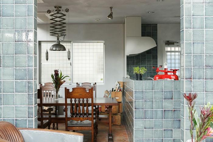 天井が低く抑えられたダイニングとキッチン。印象的な照明はDULTONのもの。
